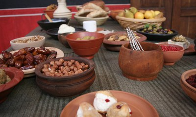 Culinary highlights made of original Roman recipes are served as a 5 course menu with Roman musicians in the villa urbana. In between, guests can take a peek at the cooks at work.